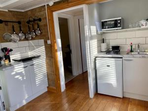 A kitchen or kitchenette at Fourwinds B&B