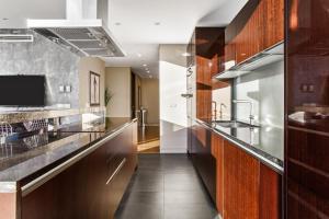 Кухня или мини-кухня в Стильные Апартаменты Люкс в башне ОКО Москва-Сити вид на башни и город высокие окна