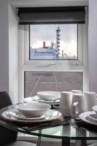 A restaurant or other place to eat at New Luxury Seaview Apt3 FREE Parking Special Deal