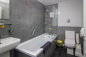 A bathroom at New Luxury Seaview Apt3 FREE Parking Special Deal