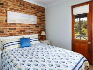 A bed or beds in a room at The Palms on Bowral