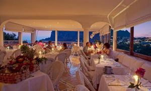 Ein Restaurant oder anderes Speiselokal in der Unterkunft Hotel Villa Brunella