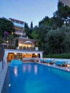 Der Swimmingpool an oder in der Nähe von Hotel Villa Brunella