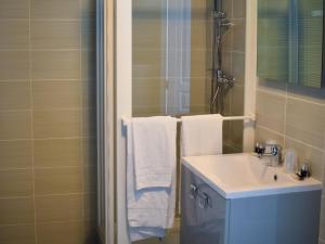 A bathroom at Apartment Adonis La Baule-1
