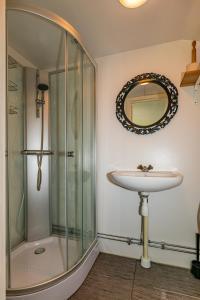 A bathroom at Fårösunds Semesterby