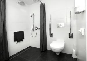 Een badkamer bij Churchill hotel Terneuzen