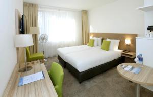 Een bed of bedden in een kamer bij Churchill hotel Terneuzen