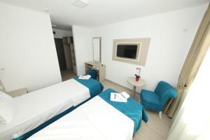 Un pat sau paturi într-o cameră la Hotel Delfin