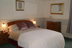A bed or beds in a room at Beverley Guest House