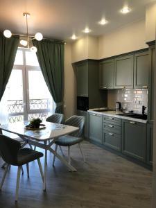 A kitchen or kitchenette at Апартаменты в современном стиле в ЖК Изумрудный город