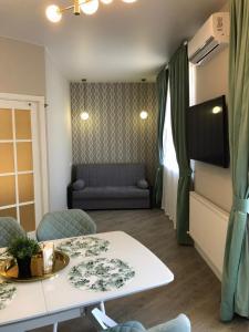 A seating area at Апартаменты в современном стиле в ЖК Изумрудный город