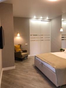 A bed or beds in a room at Апартаменты в современном стиле в ЖК Изумрудный город