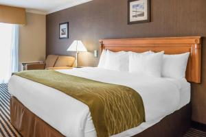 A bed or beds in a room at Comfort Inn Brockville