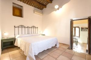 A bed or beds in a room at Apartment with one bedroom in Chiaramonte Gulfi with shared pool enclosed garden and WiFi 20 km from the beach