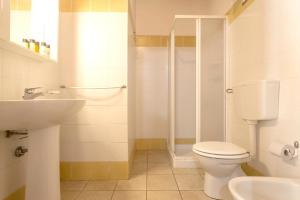 A bathroom at Apartment with 2 bedrooms in Chiaramonte Gulfi with shared pool enclosed garden and WiFi