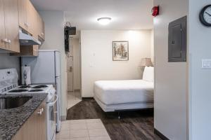 A kitchen or kitchenette at The Business Inn