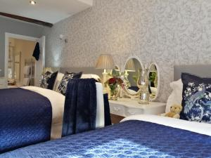 A bed or beds in a room at Ironbridge View Townhouse