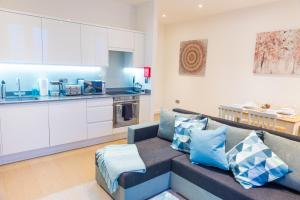 A kitchen or kitchenette at Absolute Stays on Grosvenor - Close to London - Near Luton Airport - St Albans Abbey Train Station - St Albans Cathedral - Harry Potter World - Free WiFi - Contractors - Corporate