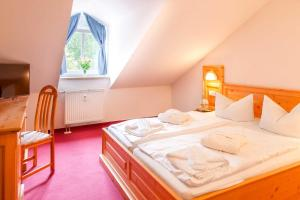 A bed or beds in a room at Hotel Ahornhof
