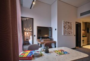A television and/or entertainment centre at Adina Apartment Hotel Nuremberg