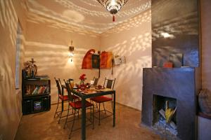 A restaurant or other place to eat at Riad O2
