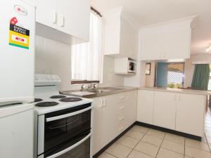 A kitchen or kitchenette at Villa Manyana 16