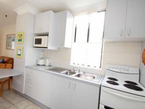 A kitchen or kitchenette at Villa Manyana Unit 25