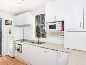 A kitchen or kitchenette at Villa Manyana Unit 28