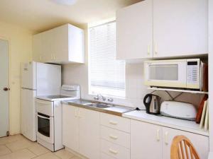 A kitchen or kitchenette at Surfsea - Villa Manyana 32