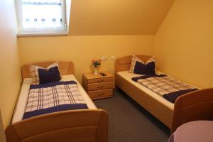 Ein Bett oder Betten in einem Zimmer der Unterkunft Schwarzer Adler