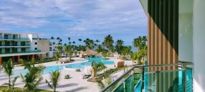 Вид на бассейн в Serenade Punta Cana Beach & Spa Resort или окрестностях