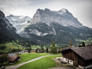 منظر الجبل العام أو منظر الجبل من السرير ووجبة الإفطار