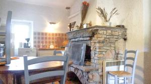 A restaurant or other place to eat at Apartment with 2 bedrooms in Taradeau with shared pool and furnished garden 32 km from the beach