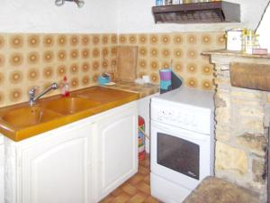 A kitchen or kitchenette at Apartment with 2 bedrooms in Taradeau with shared pool and furnished garden 32 km from the beach
