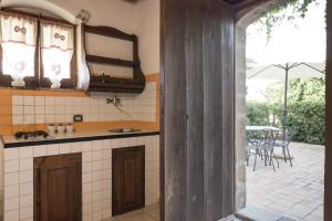 A kitchen or kitchenette at Apartment with 2 bedrooms in Chiaramonte Gulfi with shared pool and WiFi