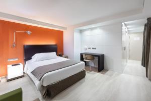 Кровать или кровати в номере Hotel Cristina by Tigotan Las Palmas