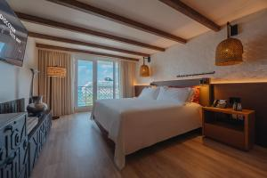 A bed or beds in a room at Renaissance Aruba Resort & Casino