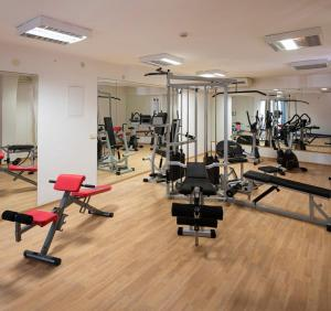 The fitness centre and/or fitness facilities at Hotel Flores