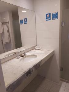 A bathroom at Euro Suite Recife Boa Viagem