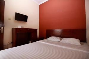 A bed or beds in a room at Fora Guest House Taman Lingkar