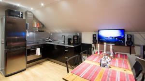 A kitchen or kitchenette at Prinsgården B&B rum stugor