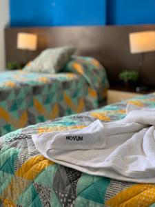 Una cama o camas en una habitación de Novum Suites