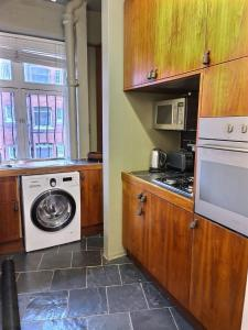 A kitchen or kitchenette at Cozy flat in central london