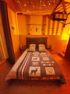 Un ou plusieurs lits dans un hébergement de l'établissement LE COTTAGE BARBIZONNAIS avec jacuzzi privé à partir de 10 ans