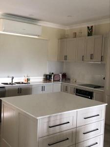 A kitchen or kitchenette at Sovereign Hill Country Lodge Rothbury