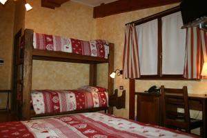 A bunk bed or bunk beds in a room at Hotel La Pigna