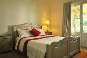 A bed or beds in a room at Cooma Cottage