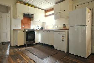 A kitchen or kitchenette at Cooma Cottage