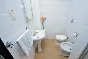 A bathroom at Arcadas Hotel