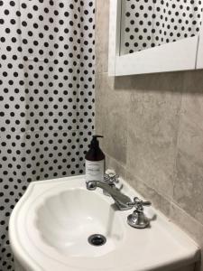 A bathroom at ALIWE III (A 200 m. Del Aeropuerto el Palomar)